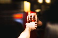 De barman geeft klaar cocktails Royalty-vrije Stock Foto