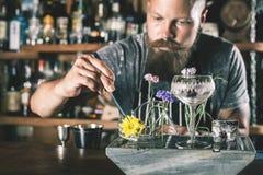 De barman maakt cocktail royalty-vrije stock afbeelding