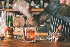 De barman maakt cocktail royalty-vrije stock afbeeldingen