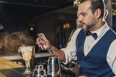 De barman maakt cocktail bij nachtclub Stock Afbeelding