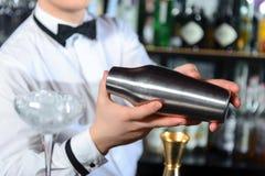 De barman maakt smakelijke cocktails royalty-vrije stock afbeelding