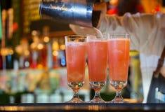 De barman morst cocktails royalty-vrije stock afbeelding