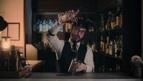 De barman toont zijn kunst van mixinddranken stock videobeelden