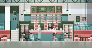 De Barman van het barmateriaal, Kelner And Administrator Standing bij Teller over Flessen Alcohol en Glazen op Achtergrond royalty-vrije illustratie