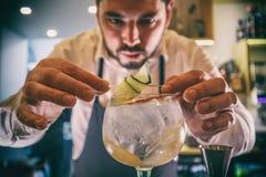 De barman verfraait cocktail royalty-vrije stock afbeeldingen