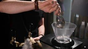 De barman verplettert ijs, in het speciale plaatsen stock video