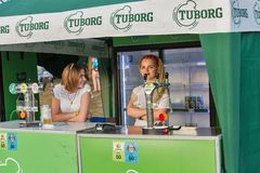 De barmannen van het Tuborgbier bij het Festival van het Atlasweekend Kiev, de Oekraïne stock foto's