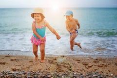 De barnlekarna och färgstänken i havet royaltyfria foton