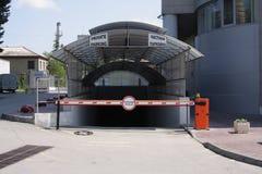 De barrière blokkeert een privé parkeren Stock Fotografie