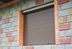 De barrière van de blindveiligheid Venster met rollend blind voor huisbescherming Het Traliewerk van veiligheidsblinden stock fotografie