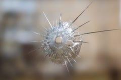 De barst en verdeeld op het glas van een schot bij het, de achtergrond is vaag stock afbeeldingen