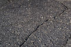 De barst in het asfalt is dicht stock afbeeldingen