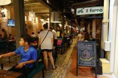 De barstraat, met vele restaurants, koffie winkelt hier, en Straatventer Royalty-vrije Stock Foto