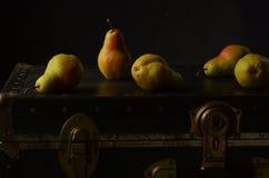 De Bartlett das peras tronco preto do vintage da vida ainda Imagem de Stock Royalty Free