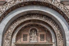 De bas-hulp boog over de poort aan de Heilige merkt Basiliek Stock Foto's