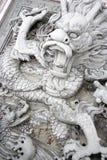 De bas-Hulp van de draak bij Chinese Tempel Stock Afbeeldingen