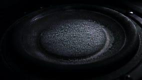 De bas luide spreker werpt stof in de lucht Super Langzame motie Equaliserconcept stock videobeelden
