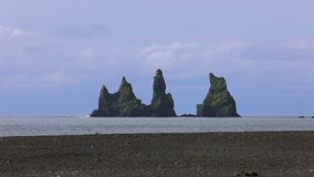 De basalt overzeese stapels Reynisdrangar Vik, IJsland stock footage
