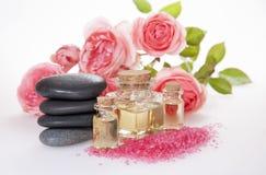 De basaltstenen, kosmetische olie, aromatisch badzout en namen toe Stock Afbeelding