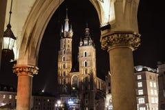 De Basiliek van heilige Mary op hoofdvierkant in 's nachts Krakau Royalty-vrije Stock Afbeelding