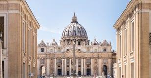 De Basiliek van heilige Peter, hoofdvoorgevel en koepel De stad van Vatikaan stock foto's