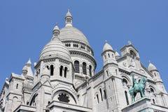 De Basiliek van Sacre Coeur op Montmartre-heuvel Zichtbaar van bijna overal in Parijs stock fotografie