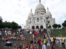 De Basiliek van Sacrecoeur in de zomerdag Heel wat toeristen die op de treden zitten Grote middeleeuwse kathedraal 05 augustus, 2 royalty-vrije stock afbeelding
