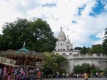 De Basiliek van Sacrecoeur in de zomerdag Heel wat toeristen die op de treden zitten Grote middeleeuwse kathedraal 05 augustus, 2 stock foto's