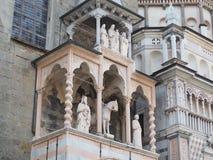 De Basiliek van Santa Maria Maggiore is een kerk in Bergamo, één van de mooie stad in Italië De portiek van Giovanni da Campione  royalty-vrije stock afbeeldingen