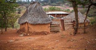 Basis huisvesting in Tanzania in de plattelandsgebieden stock afbeeldingen