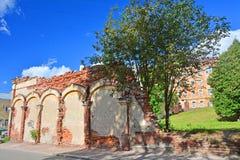 De basis van het vernietigde huis en de busmaker van de 18de eeuw in Vyborg, Rusland royalty-vrije stock afbeeldingen
