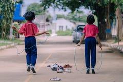 De basisschoolstudenten genieten kabelsprong van opleiding voor goede hea royalty-vrije stock foto's