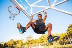De basketbalspeler hangt op de rand sportuitrusting, sportcompetities Stock Foto's