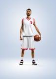 De basketbalspeler spint op zijn vinger royalty-vrije stock foto's