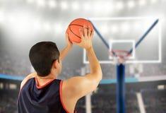 De basketbalspeler in vrij werpt stelt stock afbeelding