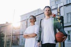 De basketbalspelers stock foto's