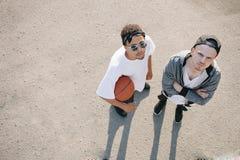 De basketbalspelers royalty-vrije stock afbeeldingen