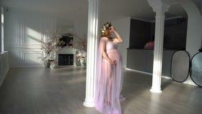 De bastidores com sessão fotográfica para uma mulher gravida nova filme
