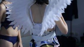 De bastidores de disparar um modelo na roupa interior com asas um estúdio vídeos de arquivo