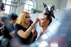 De bastidores para a passarela de YULIA KOSYAK no Queda-inverno 2017-2018 em Mercedes-Benz Fashion Week Russia Foto de Stock