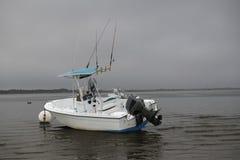 De Beachedboot wacht op een donker onweer Royalty-vrije Stock Afbeelding