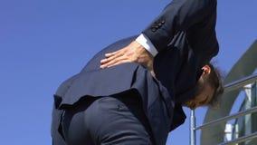 De beambte die rugpijn hebben terwijl het gaan werken, radicular pijn, gleed schijf uit stock footage