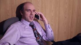 De beambte spreekt op de mobiele telefoon stock video