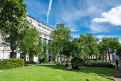 De beambten die van Londen van een zonnige middagpauze genieten Royalty-vrije Stock Afbeelding