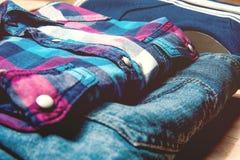 De beauté toujours tours d'homme de la vie vêtements sport et accessoires sur le fond en bois Photographie stock