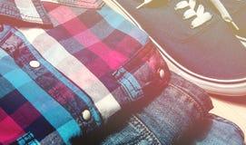 De beauté toujours tours d'homme de la vie vêtements sport et accessoires sur le vintage en bois de fond modifié la tonalité Photo stock