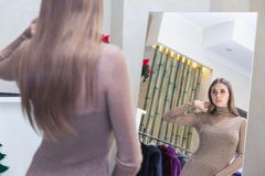 De beaux achats de femme dans un magasin de mode images stock