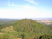 De beboste heuvel met een hierboven torentje van, op de achtergrond is bossen, weiden, gebieden, dorpen en steden royalty-vrije stock afbeelding