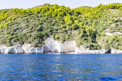De beboste heuvels langs de kust van Zakynthos met zijn vele kleine stranden, Griekenland royalty-vrije stock fotografie