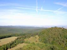 De beboste heuvelsmening van hierboven, weinig torentje, op de achtergrond is bossen, weiden, gebieden royalty-vrije stock foto's
